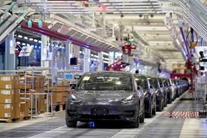 """Готови за продажба електрически коли в завод на """"Тесла"""""""