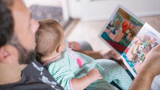 Полезно ли е да чета на бебето, въпреки че не ме разбира?