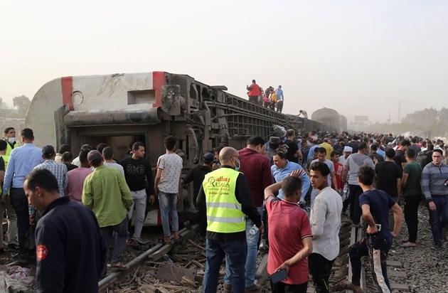 Влак дерайлира в Египет, има близо 100 ранени (Снимки)