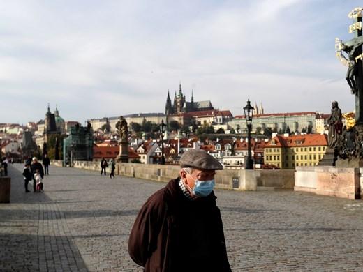 Чехия затваря повечето магазини и ограничава придвижването заради вируса