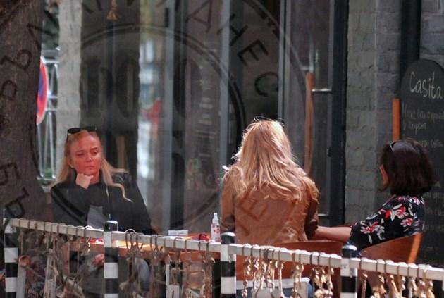 Гена Трайкова на кафе с приятелки