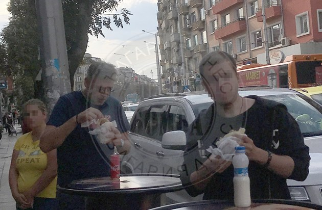 Виктор Божинов си похапва сладко