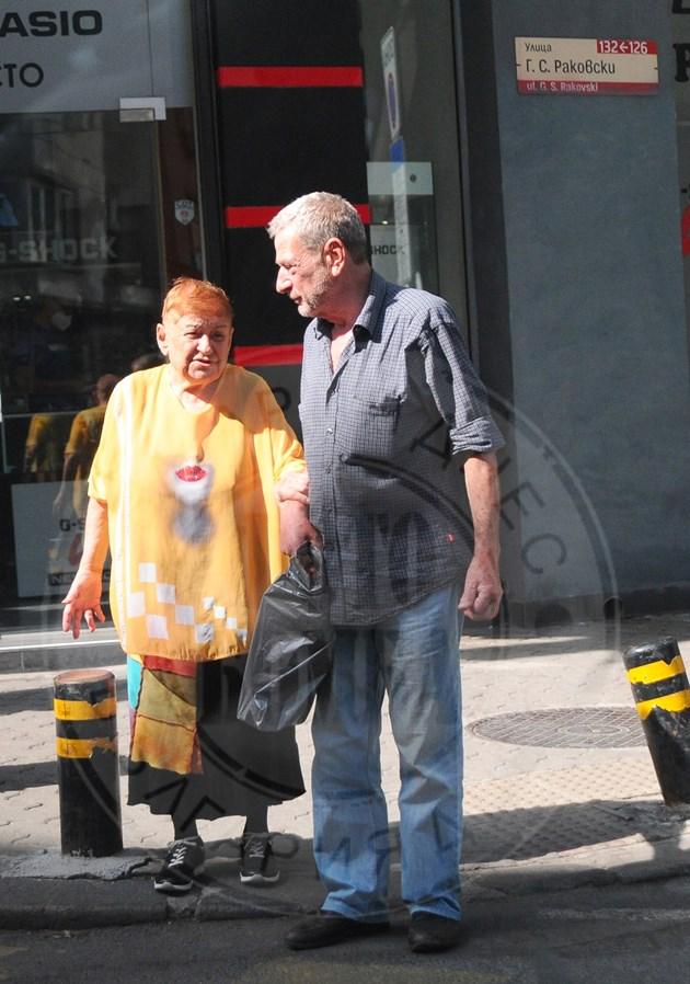 Йосиф Сърчаджиев учтив на пътя, помага на жена си