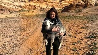 Михаела Филева прегръща коза в Йордания