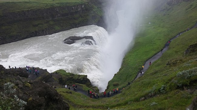Водопадът Гълфос, златният водопад. Водата пада в пукнатина с дълбочина 32 метра.
