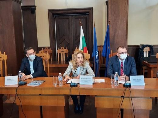 Министър Николова: Подпомагаме браншовете, които най-силно усещат пандемията
