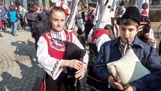 Чужденци полудяха по Дионисиевото шествие с вино на корем, кукери и гайди в Пловдив (снимки)
