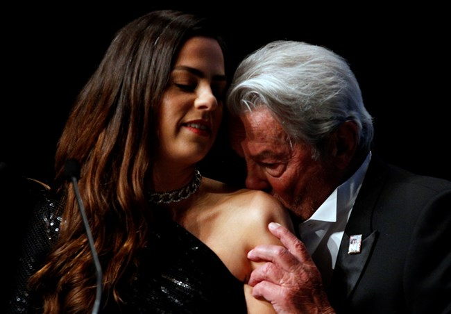 Звездата целува рамото на дъщеря си Анушка на фестивала в Кан през май 2019 г.