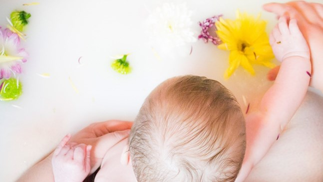 Бани с кърма помагат за кожни проблеми при бебето