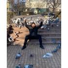 Азис храни гълъбите