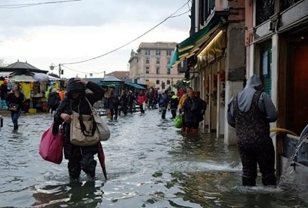 Кметът на Венеция призова туристите да се върнат след тежките наводнения