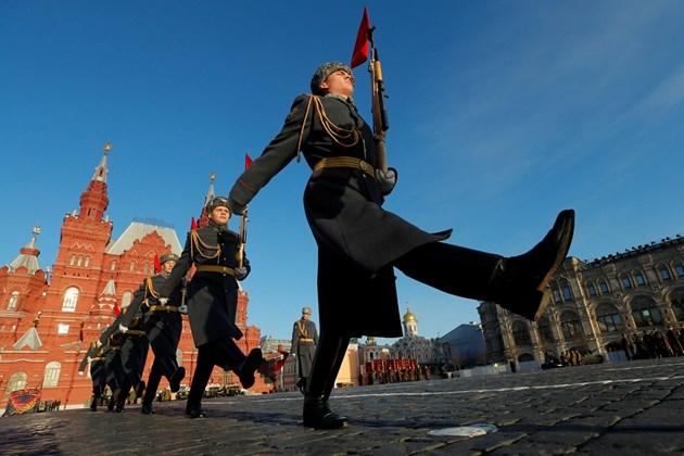 Войници маршируват на Червения площад