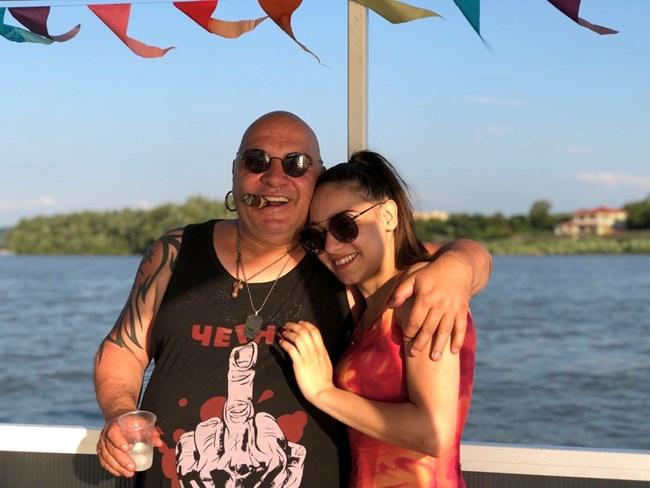 Момичето позира с баща си - музиканта Димитър Ковачев - Фънки. СНИМКИ: ЛИЧЕН АРХИВ