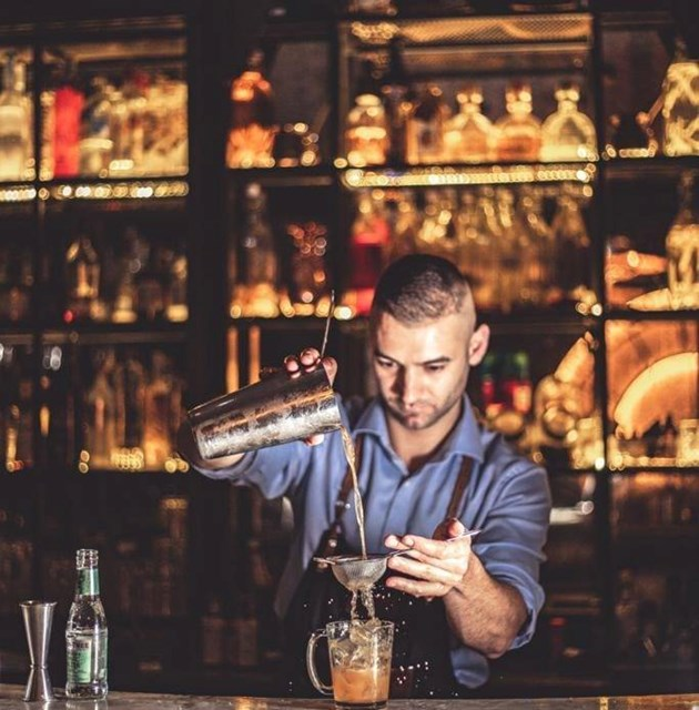 Тихомир Михайлов, барман №1 на България: Ракия и розова вода са хит в коктейлите