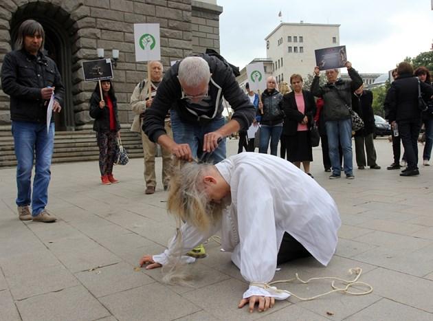Обръснаха главата на жена пред Министерския съвет