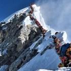 Двама загинаха в тълпа от алпинисти на Еверест (Видео)