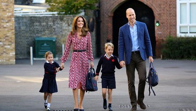 Експерт: Кейт и Уилям изглеждаха като нервни деца на първия учебен ден на Шарлот (Снимки)