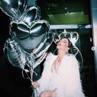 Галена празнува 34-я си рожден ден в рокля от пера
