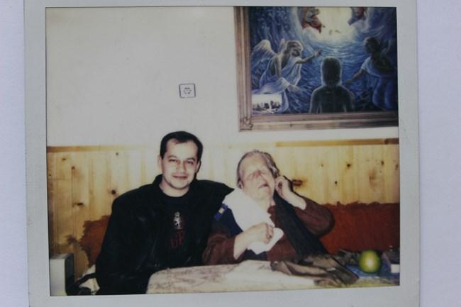 """Стоян Петров и Ванга през 1993 г.  """"Цялото човечество ще страда, но ще се справи"""", казва тя."""