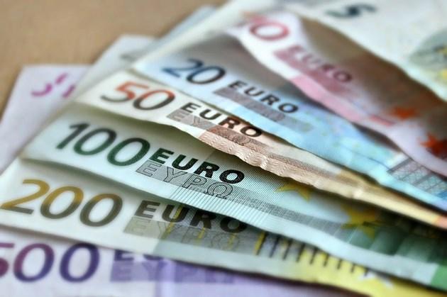 Купуват се повече евро, но парите си остават в банките (Обзор)