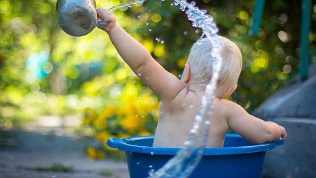 Необходимо ли е да къпем бебето с преварена вода