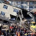 Жена е извадена жива от отломките 17 часа след земетресението в Турция