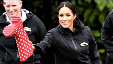 Меган - по-ловка от съпруга си принц Хари  в хвърлянето на ботуши в Нова Зеландия (Видео)