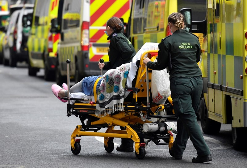 Медици докарват пациент с коронавирус в болница в Лондон.