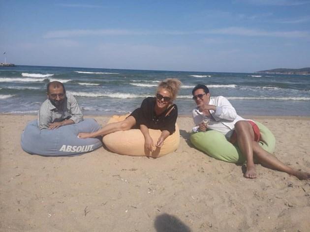 Хилда репетира на плажа