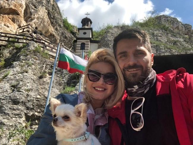 Двамата обичат да разглеждат забележителностите на България.