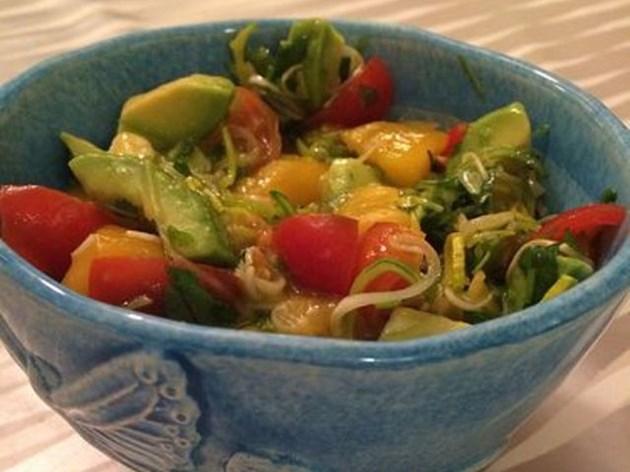Салата с манго и авокадо