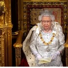 Кралица Елизабет II скъса с традицията и сложи по-лека корона (Снимки)
