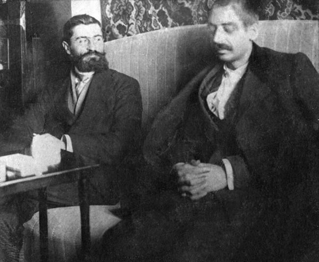 Пейо Яворов (вдясно) вече почти е ослепял...