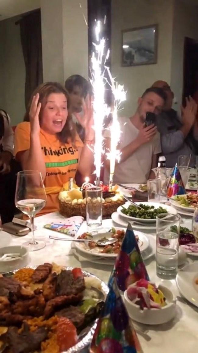 Поднасят тортата пред рожденичката
