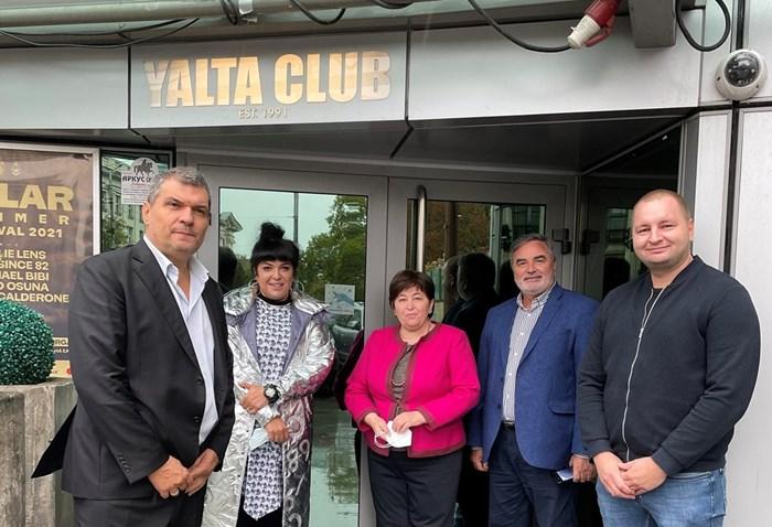 """Министърът доц. Стела Балтова заедно с държавния главен здравен инспектор д-р Ангел Кунчев поставиха отличителния знак """"100% ваксиниран персонал"""" срещу сертификатите, които собствениците на заведенията представиха.  Снимки: Министерство на туризма"""