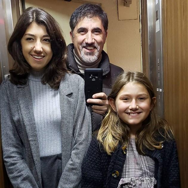 Башар Рахал строява дъщерите в две редици