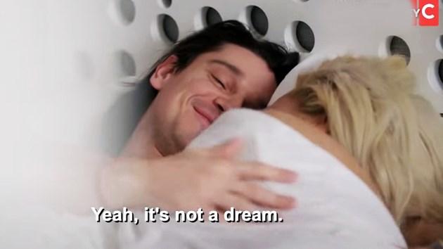 Наш модел в леглото с щатска звезда