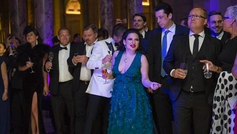 Кейт Уинслет става криптокралицата ни Ружа, натрупала богатство, мамейки целия свят