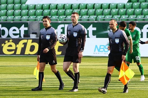 Кабаков (в средата) ще е четвърти съдия