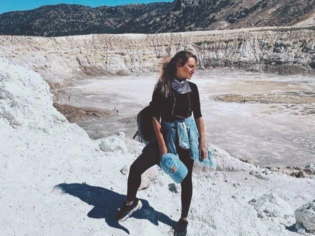 Елена броди безстрашно из кратера