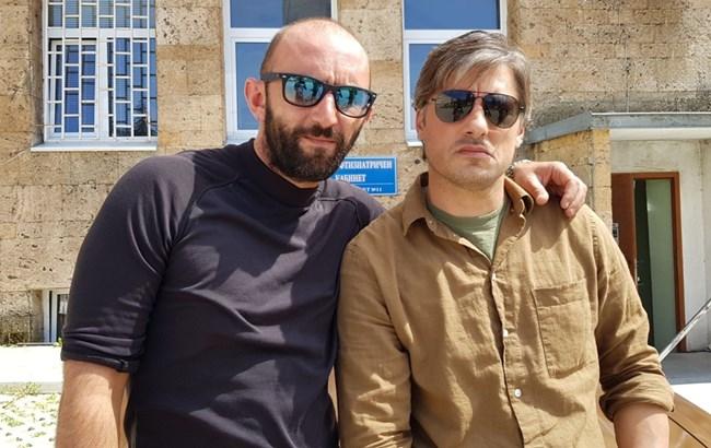 Актьорът и  Владо Карамазов  завършват  един клас  в НАТФИЗ,  за първи път са  екранни братя