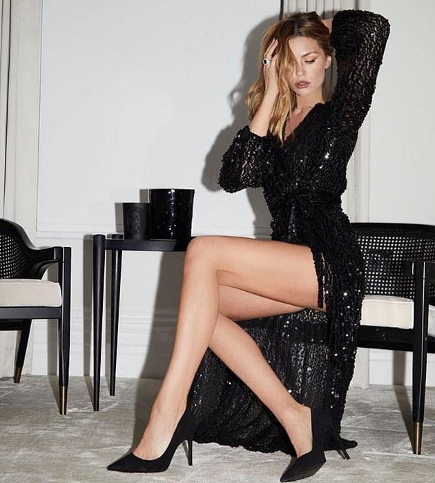 Аби показа крак