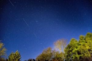 Сателитите на Мъск правят по 15 обиколки на Земята на денонощие и могат да се забележат на нощното небе. Последно прелетяха над България през май тази година.
