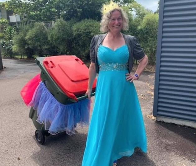 Скучаещи домакини изхвърлят боклука, облечени като принцеси (Видео)