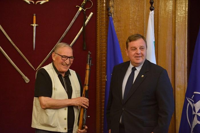 Наградиха Димитър Пенев с карабина СНИМКИ: Йордан Симеонов