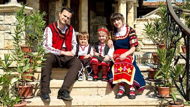 Най-патриотичното БГ семейство Мая и Георги: Обличаме в носии децата си от бебета