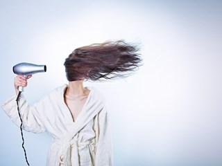 Грешки със сешоара, които съсипват косата