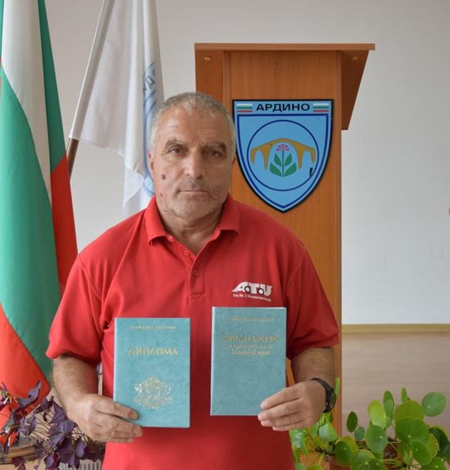 На 60 г. Али завърши средно