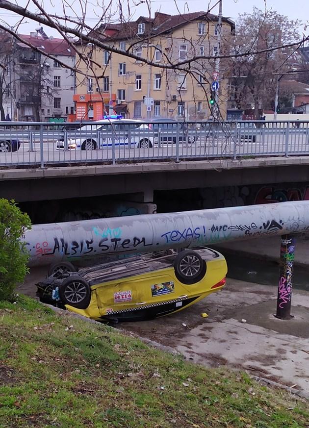 Тежка катастрофа в София, кола падна в корито на река Владая