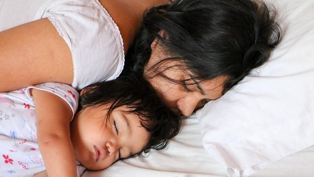 Пренаселеното легло на мама и тате